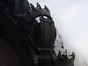 Im südlichen Sumatra frisst sich ein Schaufelradbaggers durch die Kohle.