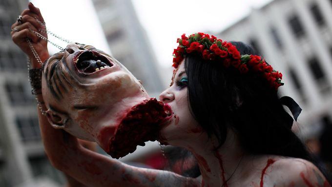 Zweites Leben mit Heißhunger auf Fleisch: Ein weiblicher Zombie.