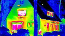 Im Vergleich dazu ein Altbau von 1954. Das Haus hat noch alte Fenster. Die tiefroten Fensterflächen lassen Wärme ungebremst verpuffen. Auch über die Fassaden, Fensterbrüstungen, Rollladenkästen und Fensteranschlüsse geht viel Energie verloren.