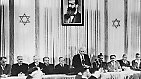 Am Nachmittag dieses Tages verliest David Ben Gurion im Stadtmuseum von Tel Aviv unter einem Bild von Theodor Herzl die Unabhängigkeitserklärung.