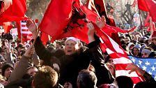 Jubelnde Albaner auf der einen, ...