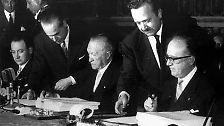 """Mit den Verträgen wird keine zwölf Jahre nach dem blutigsten Krieg, den Europa je erlebt hat, die europäische Zusammenarbeit auf den Weg gebracht. Der Staatenbund ist historisch ohne Beispiel, hat sich inzwischen erweitert und zum """"Staatenverbund"""" weiterentwickelt."""