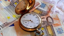 Spätestens zwöf Monate nach Ende der Abrechnungsperiode muss die Rechnung vorliegen. Im Normalfall können Vermieter also bis Ende Dezember warten. Die meisten sind aber schon früher dran, Zeit ist bekanntlich Geld.