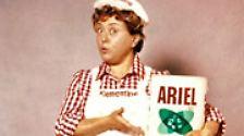 """Eine weiße Latzhose und ein rotkariertes Hemd waren ihr Markenzeichen. Sie brachte den Deutschen bei, dass Wäsche """"nicht nur sauber, sondern rein"""" sein soll."""