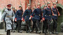 """Am 16. Oktober 1906 nahm der arbeitslose Schuster Wilhelm Voigt eine preußische Garde unter sein Kommando, besetzte das Rathaus von Köpenick (damals noch bei Berlin) und ließ den Bürgermeister und den Stadtkämmerer """"arretieren""""."""