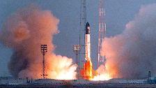 """Am 20. November 1998 brachte eine russische Proton-Rakete das erste Bauteil mit dem russischen Namen """"Sarja"""" (""""Morgenröte"""") ins All."""