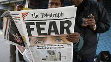 """""""Terror Strikes Mumbai"""", """"Warzone Mumbai"""", """"Mumbai Under Siege"""" (Bombay belagert) - Zeitungen und TV-Sender überbieten sich gegenseitig mit ihren Schlagzeilen."""
