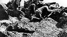 3. Die Indianer sterben an Krankheiten, die aus Europa und Afrika eingeschleppt werden, sie sterben in Kriegen, durch Vertreibung und Massaker. (Das Bild zeigt US-Soldaten im Kampf gegen Indianer kurz nach dem Bürgerkrieg.)