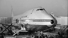 Mit den ersten Maschinen, die für die US-Airline Pan Am gefertigt wurden, begann die Erfolgsgeschichte des Jumbo-Jets. Lange Jahre setzten die 747-Maschinen den Maßstab als größtes Flugzeug der Welt.