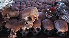 Noch nie zuvor waren so viele Menschen in so kurzer Zeit ermordet worden: Mindestens 800.000 Menschen fallen dem Genozid zum Opfer. Manche Schätzungen gehen von über einer Million Toten aus.
