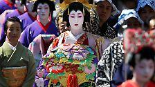 """Diese Zeit und die Kultur der """"High-Class-Kurtisanen"""" lebt in einer Parade im Tokioter Einkaufsviertel Asakusa alljährlich wieder auf."""