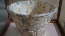 Ebenfalls eine frühe Form der Zeitmessung: Wasseruhren gab es schon bei den Ägyptern. Durch ein kleines Loch im Boden des Behälters rinnt das Wasser, an einer Skala im Innern des Eimers liest man die vergangene Zeit ab.