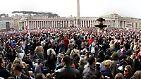 Bereits in der Nacht zuvor waren hunderttausende Menschen in Richtung Petersplatz geströmt, um bei der Beerdigung dabei zu sein.