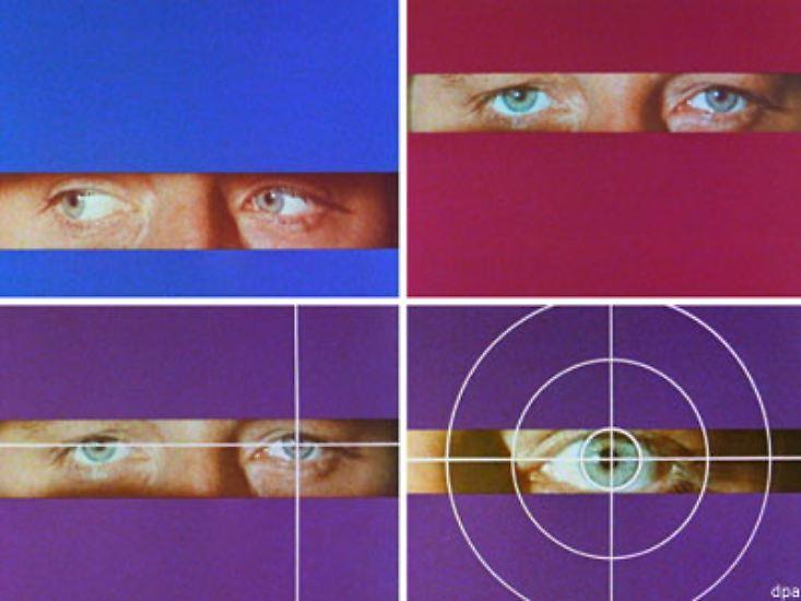 Die blauen Augen blicken ins Wohnzimmer, ein weißes Fadenkreuz umschließt die linke Iris, dramatische Musik erklingt, ein Mann flüchtet über nassen Asphalt.