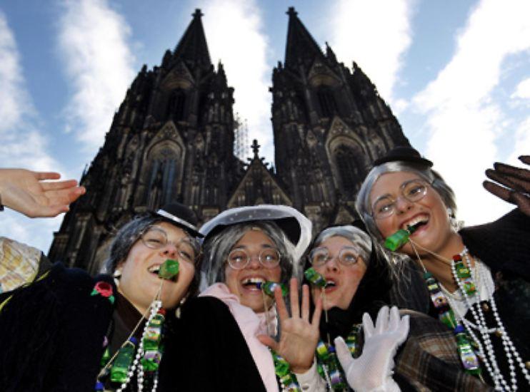 Ob Karneval, Silvester oder andere große Feste: Sie sind bunt, fröhlich und laut. Doch es zählen nicht nur die schönsten und schrillsten Kostüme - es wird auch viel gegessen, viel getrunken und geraucht.