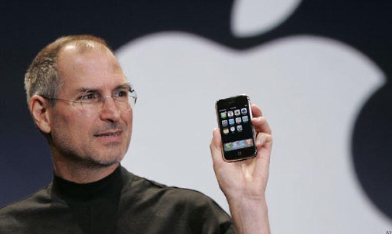 Am 9. Januar 2007 stellte Apple-Chef Steve Jobs nach rund zweijähriger Entwicklungsarbeit in San Francisco das erste iPhone vor.
