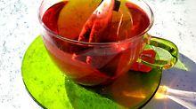 Wer braune Beläge vermeiden will, sollte Früchtetee trinken. Er enthält keine Gerbstoffe.