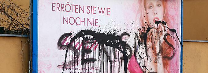"""""""Sexismus"""" haben Unbekannte in Berlin auf eine Werbung für Unterwäsche geschmiert."""