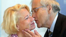 Kein Sexismus: Rainer Brüderle begrüßt seine Parteikollegin Cornelia Pieper zu einer Präsidiumssitzung in Berlin.