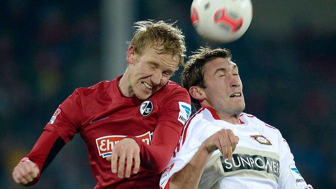 Freiburgs Jonathan Schmid kämpft mit dem Leverkusener Stefan Reinartz um den Ball.