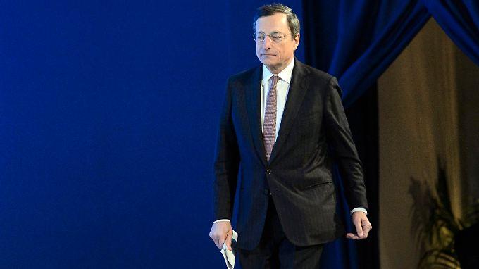 Ökonomen vs. Juristen: EZB-Chef Draghi findet deutliche Worte für die Haltung des Juristen Schäuble.