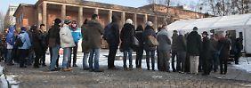 """Hunderte Menschen standen am 26. Januar im Studio Babelsberg an, um sich als Komparsen für """"The Monuments Men"""" zu bewerben. Für den Film von und mit Clooney wurden tausende Männer und Frauen zwischen 18 bis 50 Jahren gesucht."""