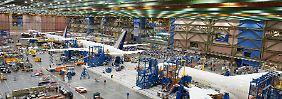 Flugzeugproduktion in der Boeing-Werft bei Seattle: Einfach anhalten lässt sich der Prozess nicht.