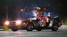 """Als 1985 der erste Teil von """"Zurück in die Zukunft"""" in die Kinos kommt, ist der Hauptdarsteller schon längst gestorben. Nein, nicht Marty McFly (Michael J. Fox), auch nicht """"Doc"""" Emmet L. Brown (Christopher Lloyd), sondern der DeLorean. Nur mit dem DMC-12, Plutonium-Antrieb und Flux-Kompensator sind Reisen in Zukunft und Vergangenheit möglich."""