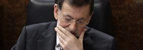 Spaniens Regierungschef Rajoy und seine Partei sollen jahrelang Schmiergeld kassiert haben - auch von Bauunternehmern, deren windige Projekte die Wirtschaft ins Wanken brachten.