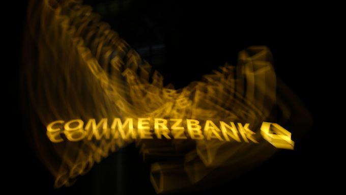 Gelbes Logo, rote Zahlen: Commerzbank schockt den Markt mit höher als erwartetem Quartalsverlust.