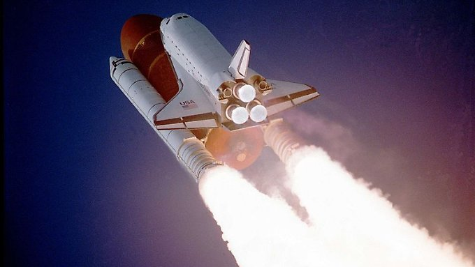 Unter der Raumfähre: der riesige Außentank, eingehüllt in eine rot-braune Schaumisolierung.
