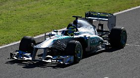 Ausfahrt in Spanien: Rosberg spult die ersten Kilometer im Silberpfeil 2013 ab.