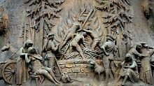 Das Relief zeigt die letzte Hexenverbrennung im Rheinland 1737/38, es hängt in Düsseldorf-Gerresheim am Heimatbrunnen. In Deutschland erreichten die Hexenverbrennungen ihren Höhepunkt in der Frühen Neuzeit.