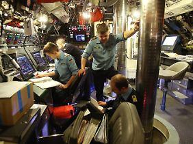 Militär-Hightech und ein Drehsessel wie bei Ikea: Blick in die Operationszentrale (OPZ) von U 32.