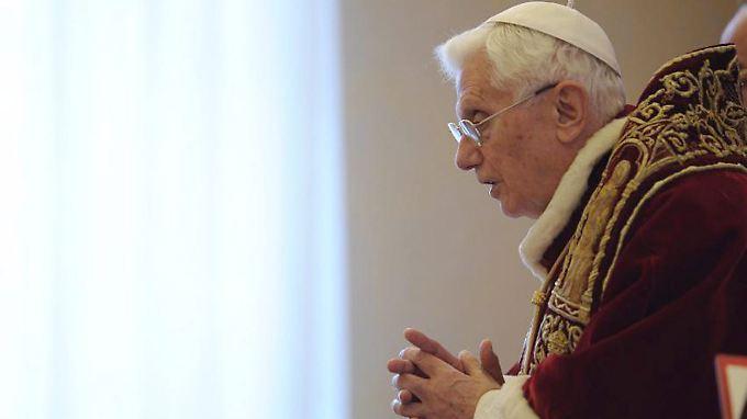 Der Papst verliest vor den Kardinälen seine Rücktrittserklärung.