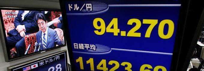 Ursache und Wirkung: In den Handelsräumen der Devisenexperten läuft die Rede von Japans Premier Shinzo Abe vor dem Finanzausschuss.