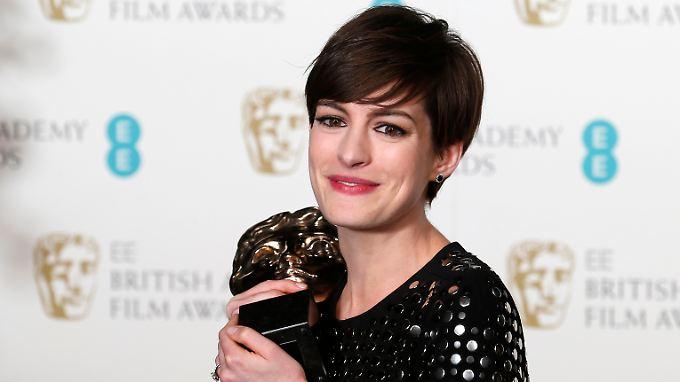 """Anne Hathaway mit ihrem Preis der British Academy of Film and Arts (Bafta) als beste Nebendarstellerin für ihren Part in der Verfilmung des Musicals """"Les Misérables""""."""