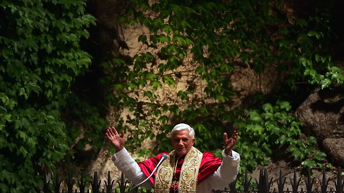 Benedikt XVI. 2005 in den vatikanischen Gärten.