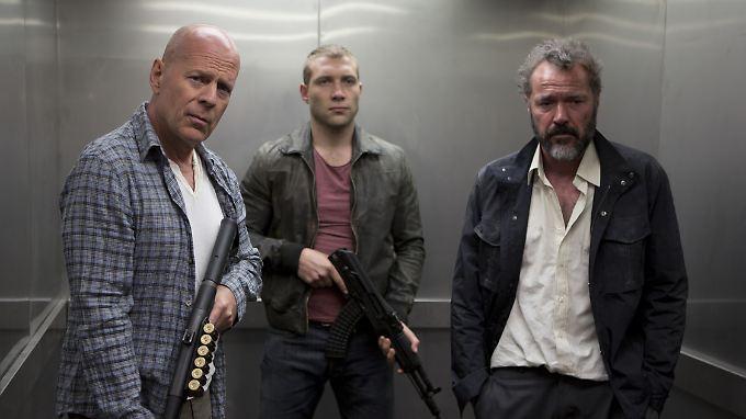 John McClane (Bruce Willis), sein Sohn John Jr. (Jai Courtney) und Komorov (Sebastian Koch) sind auf der Flucht vor Moskaus Unterwelt.