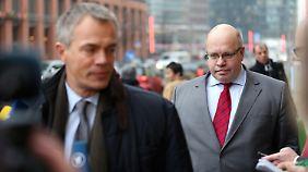 Peter Altmaier (r.) und der nordrhein-westfälische Umweltminister Johannes Remmel vor Beginn des Bund-Länder-Treffens.