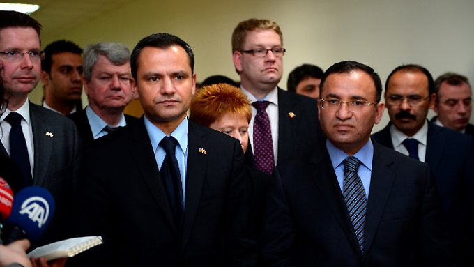 Sebastian Edathy und Bekir Bozdag mit Delegation.
