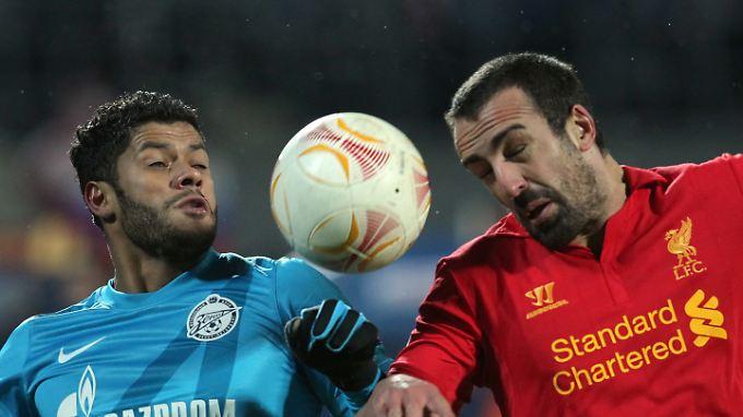 St. Petersburgs Millioneneinkauf Hulk (l.) im Kampf um den Ball gegen Liverpools Enrique: Am Ende siegt St. Petersburg klar.