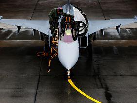 Markante Lufteinlässe und nur ein Triebwerk: Experten können den Gripen von seinen direkten Rivalen Eurofighter und Rafele auf den ersten Blick unterscheiden.