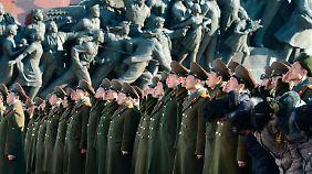 Nordkoreanische Soldaten huldigen einem Denkmal von Kim-Il Sung.