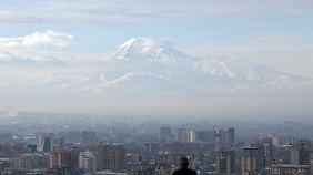 Armeniens Hauptstadt Eriwan liegt am Fuß des über 5100 Meter hohen Berges Ararat, der auch an die Türkei und den Iran angrenzt und als Nationalsymbol des Landes gilt.