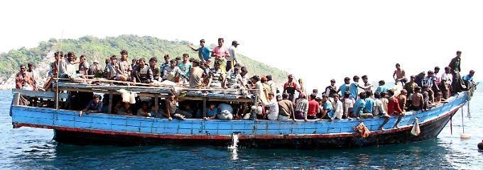 Diese Flüchtlinge erreichen nach der Überfahrt Malaysia. Über ihr weiteres Schicksal ist nichts bekannt.