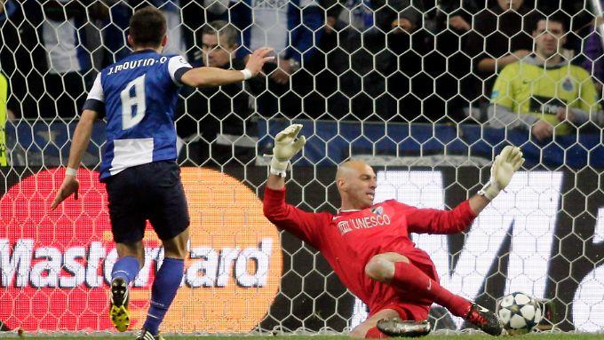 Rein damit: Joao Moutinho erzielt das Siegtor für den FC Porto gegen Malaga.