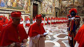 Die Kardinäle versammeln sich zur Konklave in der Sixtinischen Kapelle. Das Wann steht noch nicht fest.