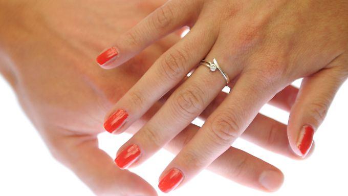 Die Testosteronmenge, die ein Baby im Mutterleib abbekommt, bestimmt laut französischen Wissenschaftlern das Längenverhältnis von Zeige- zum Ringfinger.