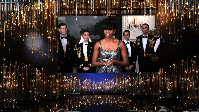 Das Original: Michelle Obama im schulterfreien Kleid.